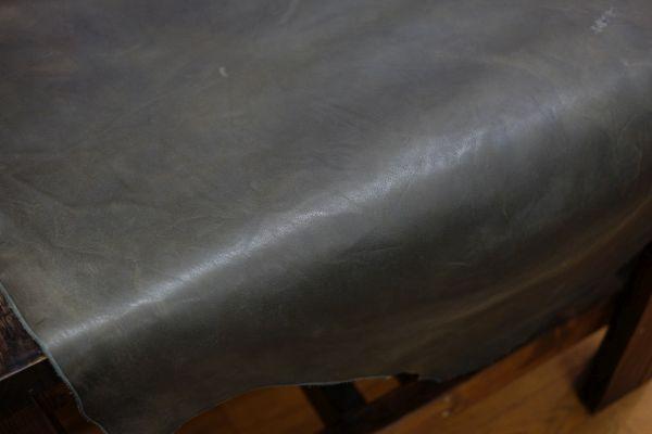 グレーの革